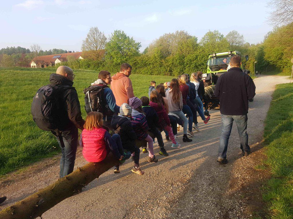 Der Maibaum auf dem Weg zu Kindergarten Arche Noah, ein Gaudi für die Kinder - 2019
