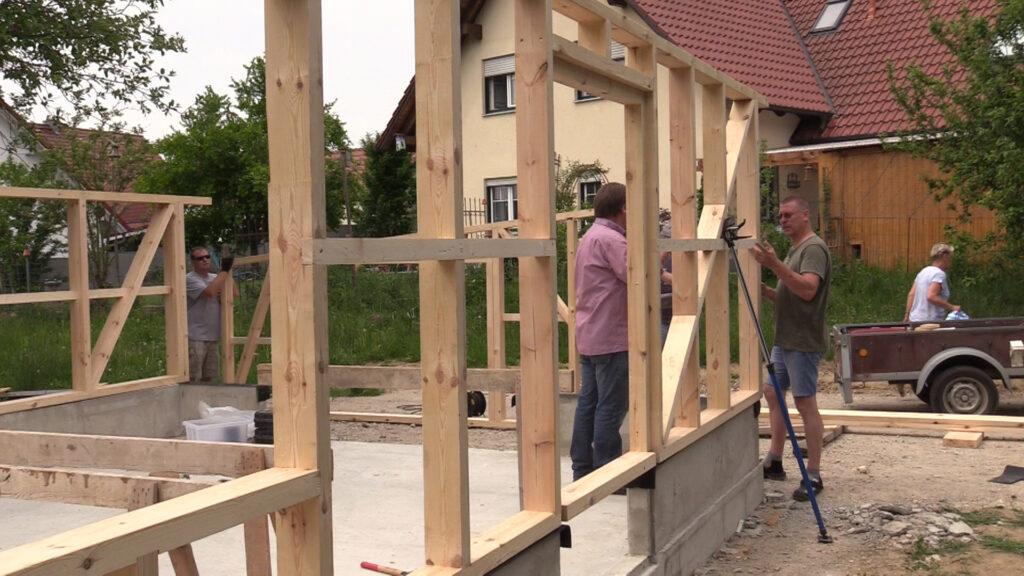 22. April - Aufbau der Holzständer