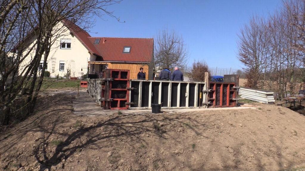 28. März - Verschalung für die Betonaufkantung