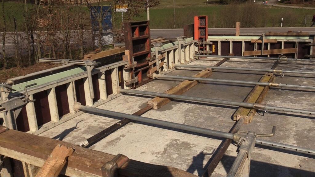 01. April - Die Verschalung für die Betonaufkantung ist fertig!